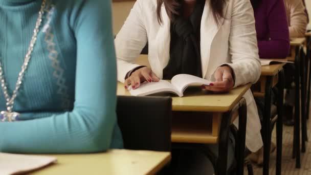 vysokoškolské vzdělání, happy studentů s úsměvem při zkoušce na univerzitě
