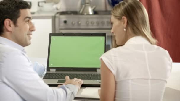 fiatal férfi és nő használ laptop pc zöld képernyős internetes és e-mail otthon