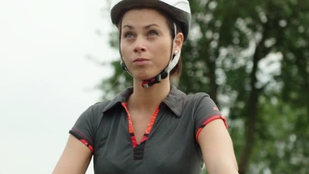 Žena, mladá, baví se sportovní aktivitou, hezká holka, cyklistika a cvičení na kole na silnici