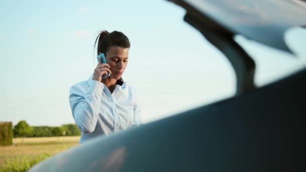 řidič frustrace a nouzové telefonní hovor, ženy s poruchou motoru auta volání odtahovka s mobilní telefon