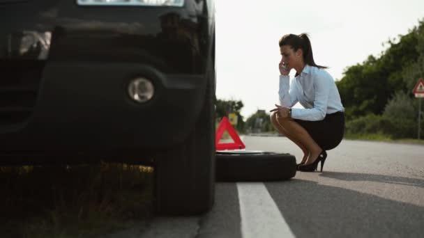 Žena, řidička, nouzové a hnací problémy, frustrovaný dívka s plochou auto pneumatiky