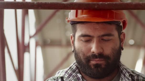 dělník s přilbou