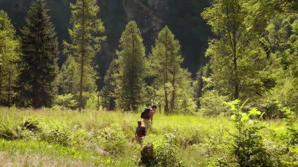 coppia, baciare, escursionismo e trekking sulla montagna