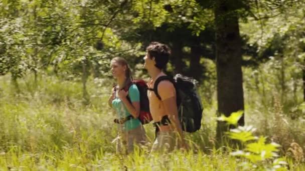 pár líbání, pěší turistika a trekking na hoře