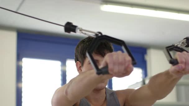 11of27 lidí, trénink ve fitness klubu, tělocvična a sportovní aktivity