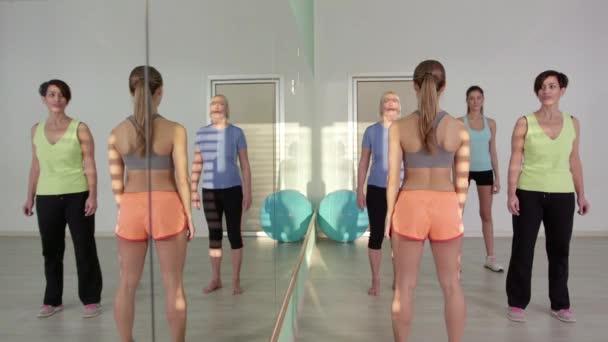 22of27 lidí, trénink ve fitness klubu, tělocvična a sportovní aktivity