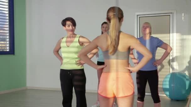 23of27 lidí, trénink ve fitness klubu, tělocvična a sportovní aktivity