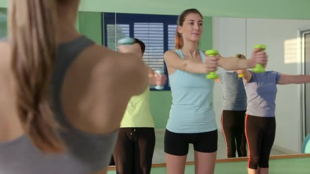 25of27 lidí, trénink ve fitness klubu, tělocvična a sportovní aktivity