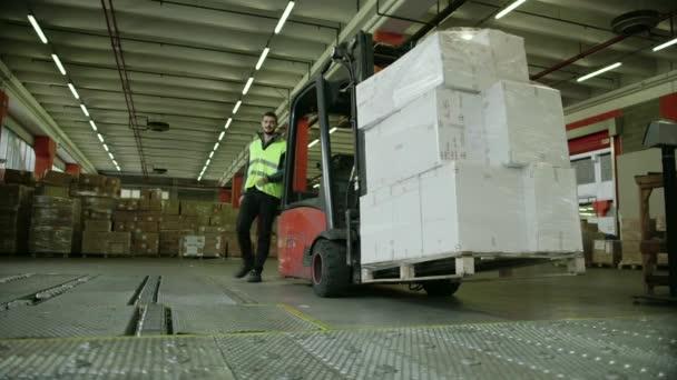 dělník provoz vysokozdvižného vozíku přesunout krabice a pozemků