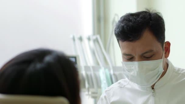 zubař hostující mladá žena v dentální studio