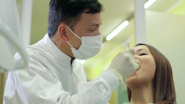 donna come paziente sorridente in studio dentista