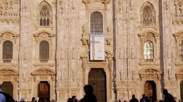 vista della città di Milano, cupola e statua della madonna