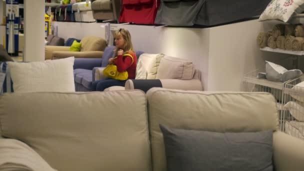 žena nakupování nábytku a bytového zařízení