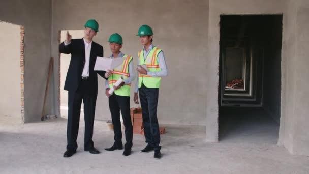 dělník, inženýr a architekt pracuje