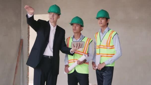 dělníky a inženýr s ipad