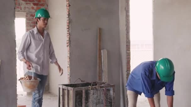 asijské dělníci v staveniště s cihly