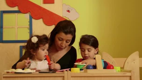 pedagog se baví s roztomilé holčičky
