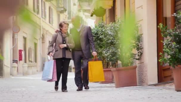 senioři v městské ulici