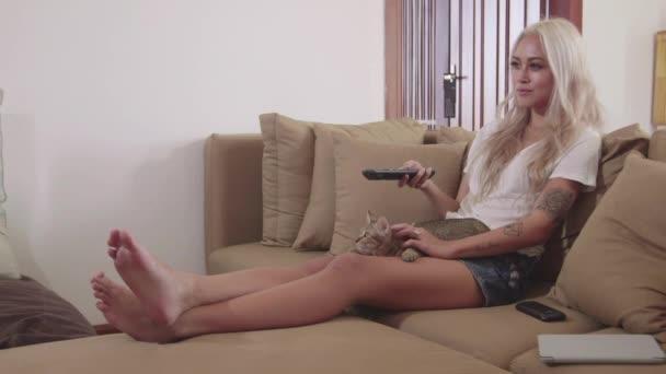 lány otthon tévénézés