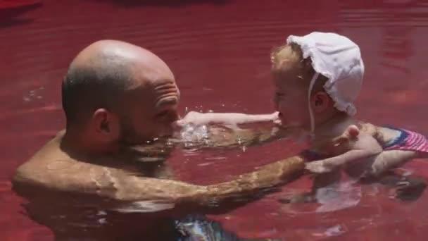 Tatínek pomáhá dcera plavat