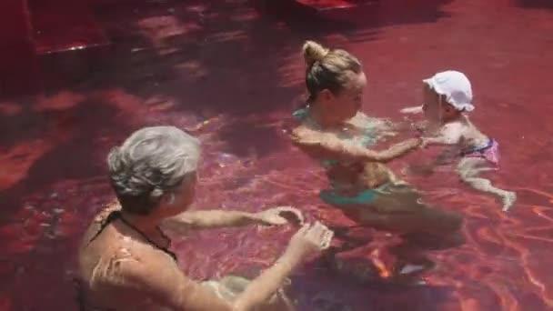 maminka pomáhá dcera plavat