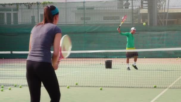 muž a žena hraje tenis
