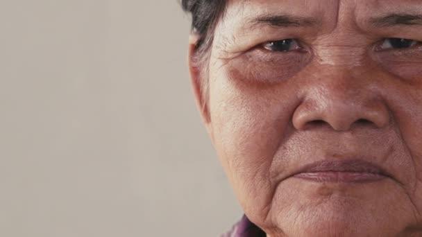 smutný starší žena z Kambodže