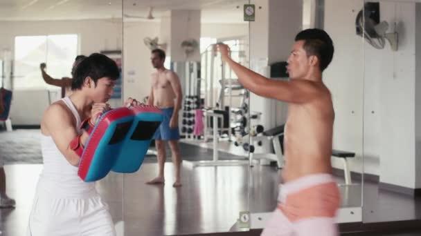 muži dělají kick box pro sebeobranu