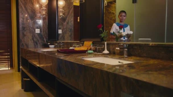asijské hospodyně úklid hotelový pokoj