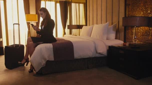 Geschäftsfrau, die Arbeiten im Hotelzimmer