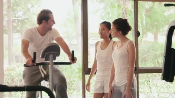 lidé ve fitness klubu