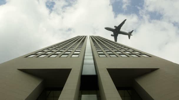 letadlo letící nad kancelářská budova v pomalém pohybu