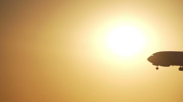 letadlo přistane při západu slunce