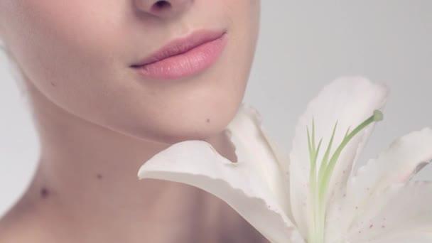 krásný model s květinou