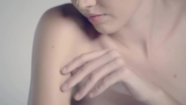 video z krásného modelu close-up odráží v zrcadle