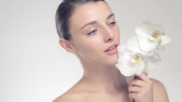 video krásná mladá dívka s květinou