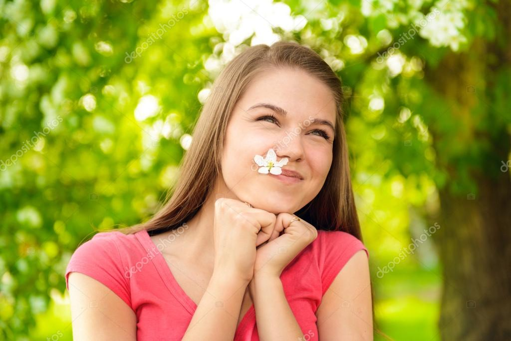 586f204daf7 Ευτυχισμένη κοπέλα υπαίθρια εκμετάλλευση apple δέντρο λουλούδι ...