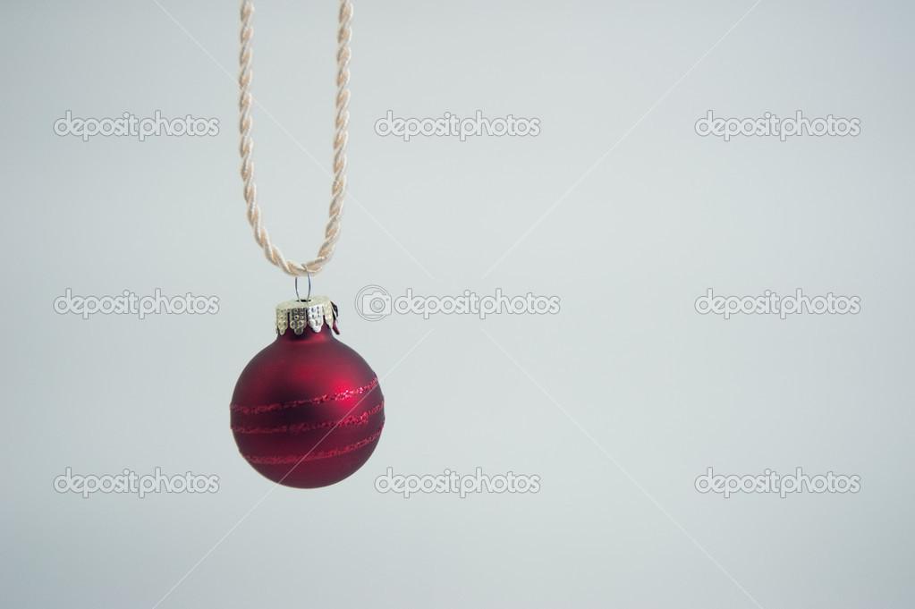 Boule De Noel Ficelle.Petite Boule De Noël Avec De La Ficelle Sur Fond Blanc