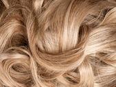 plavými vlasy