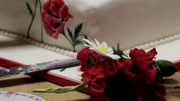 friss piros-fehér virágos torta dekoráció