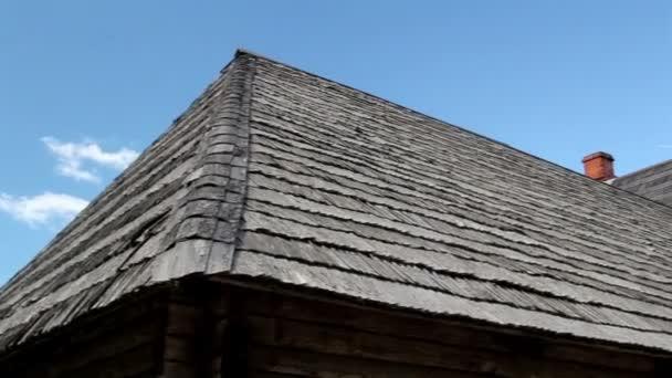Dům s dřevěnou střechou