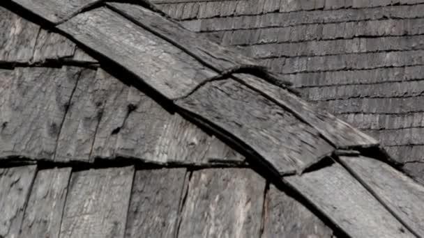 les bardeaux en bois de c dre rouge de l 39 agiter le toit de la maison vid o nordicstocks. Black Bedroom Furniture Sets. Home Design Ideas