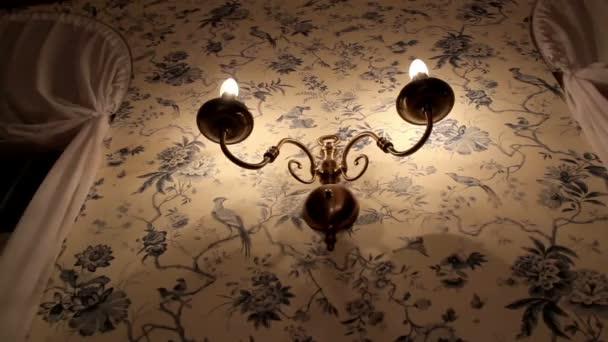ein klassisch gestalteter Leuchtenhalter an der Wand