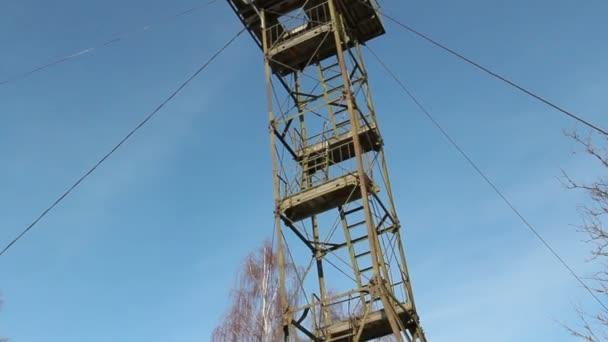 ocelová věž umístěnou na vrcholu hory