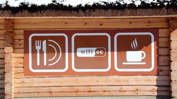 velké nápisy mimo coffee shop