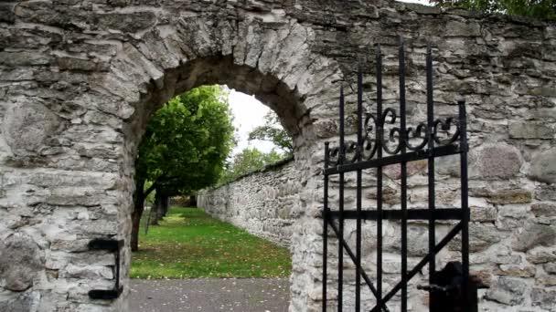 kamenným portálem s staré středověké černé ocelové brány