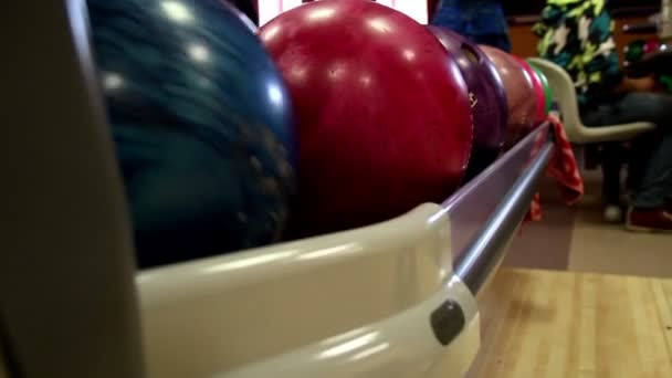 mnohobarevná bowlingové koule válcování