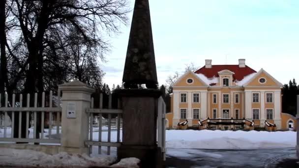 vstupní brána velkého starého panského v pobaltské Estonsko s plotem