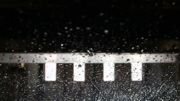 mnoho myčka mytí aut padající kapky deště na sklo