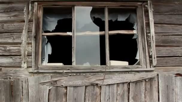 Rozbité okno sklo z domu